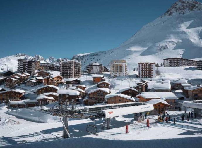 The Vallat agency exclusively offers you a luxury 5-room apartment in the Tignes le Lavachet area.