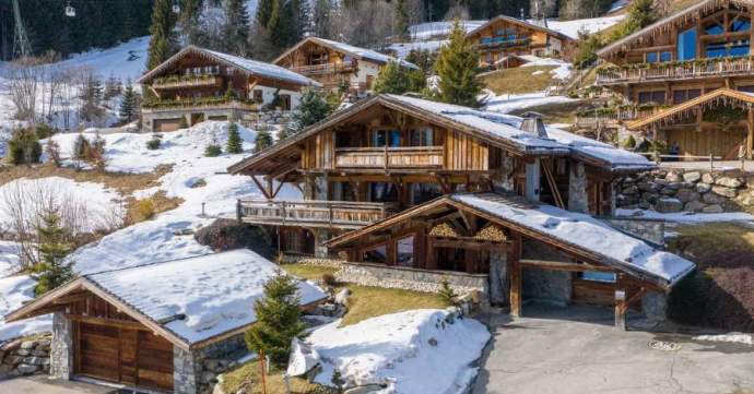 Oscillating between luxury and modernity, know-how and tradition, this chalet includes 6 bedrooms all en-suite and split across three beautiful spacious floors